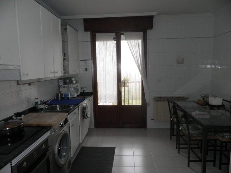 C03522-05-COCINA-CHALET-BERROSTEGUIETA-TRIVINSA-INMOBILIARIA-740x555
