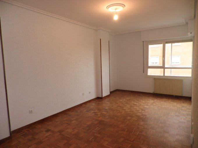 Foto del salón del piso en Lakua a la venta en Trivinsa inmobiliaria