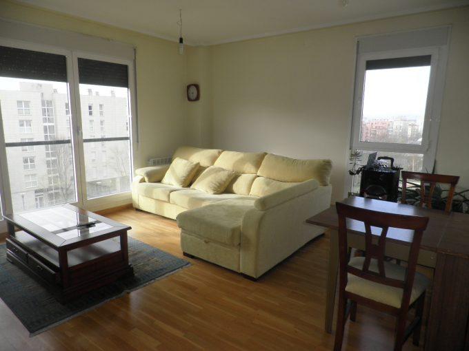 Foto del salón del piso en Zabalgana a la venta en Trivinsa inmobiliaria