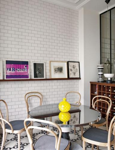 Un-office- con- mesa- espejada-y -sillas- modelo- Thonet
