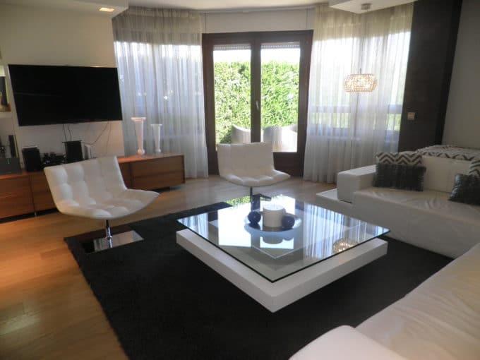 Foto del salón del chalet en Zabalgana a la venta en Trivinsa inmobiliaria