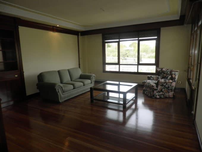Foto del salón del chalet en Armentia a la venta en Trivinsa inmobiliaria