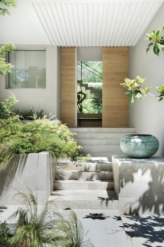 Los arquitectos generaron vacíos en la construcción original no para que la casa se asomara al jardín, sino al revés, para que este penetrara dentro de las estancias y se convirtiera en una presencia vivificante.