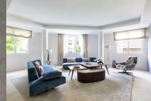 Se diseña de manera personalizada cada pieza del salón, como los dos sofás con una estudiada y original forma en un maravilloso azul con toques de color estampados en los cojines. La butaca exenta de lectura es un modelo ligero con un terciopelo de pinceladas abstractas tipo vegetación en la misma línea de tonalidades.